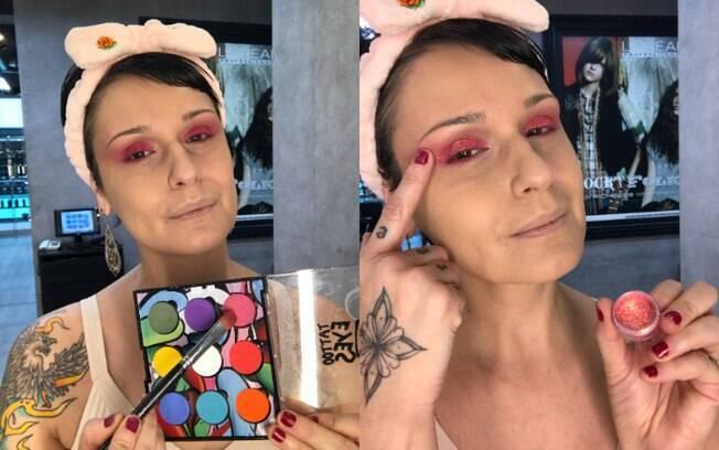 Simone usa sombra pink e uma camada de glitter no mesmo tom