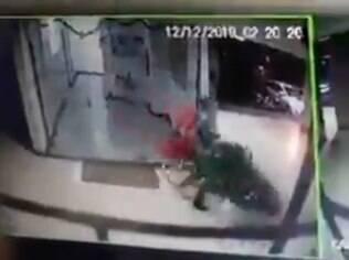 Vídeo de câmera de segurança mostra homem furtando árvore de natal