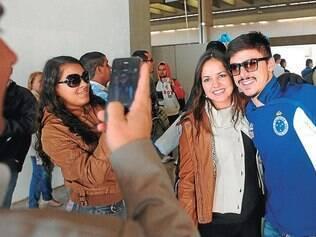 Assédio. Torcida celeste fez a festa na chegada dos jogadores do Cruzeiro ontem após a vitória sobre o Cerro Porteño pela Libertadores