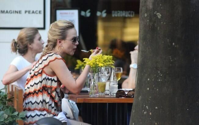 Eliana almoça após tarde de gravação