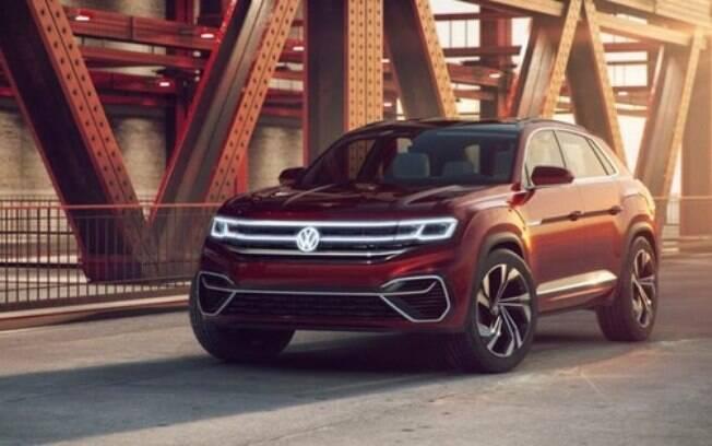 O novo VW Atlas Cross Sport terá uma versão  híbrida plug-in de alta potência. Ele está no Salão de Nova York (EUA)