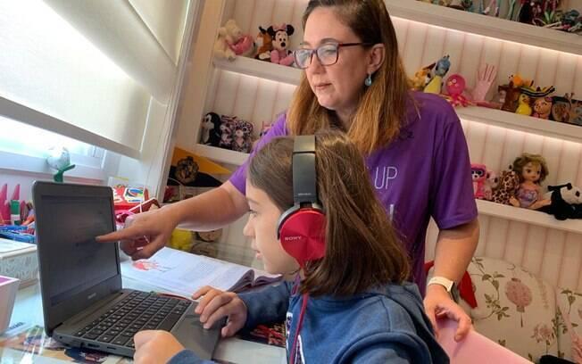 Constance Roessler ajudando a filha Sofia, 5º ano do Ensino Fundamental do Colégio Humboldt, nos estudos em casa