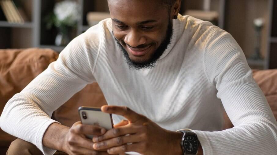 Negros são sexualizados e objetificados em aplicativos de relacionamento gay