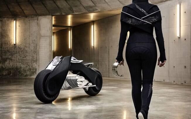 A BMW Motorrad Vision Next 100 troca o capacete por um visor que mostra as informações que precisamos e uma roupa especial que controla a ventilação e vibra para dar avisos.