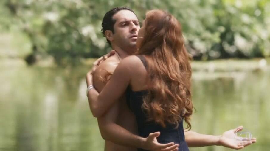 Alexia beija Zezinho