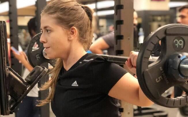 Além da alimentação saudável, a jovem também faz exercícios; ela vai à academia, faz musculação e treinamento funcional