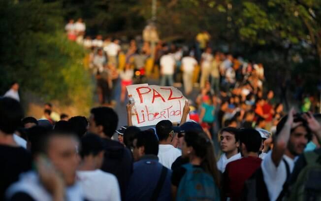 """Estudante segura cartaz em que se lê 'Paz e liberdade' durante manifestação em Caracas, Venezuela (13/2)<br /> """" title=""""Estudante segura cartaz em que se lê 'Paz e liberdade' durante manifestação em Caracas, Venezuela (13/2)<br /> """"/></p> <p>Estudante segura cartaz em que se lê 'Paz e liberdade' durante manifestação em Caracas, Venezuela (13/2) </p> <p>Foto: AP</p> <p><img src="""