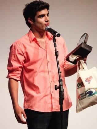 Caio Castro ganha prêmio de Melhor Ator