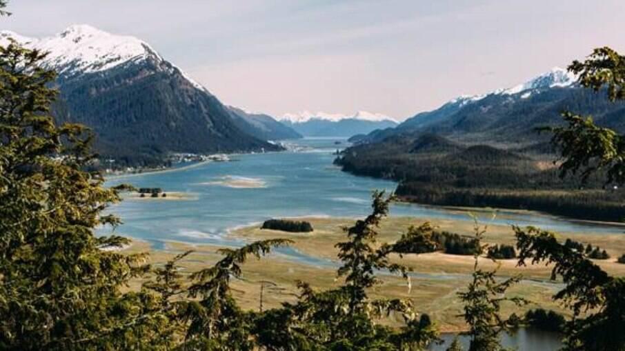 Juneau é a capital do Alasca e é banhada pelo Oceano Pacífico