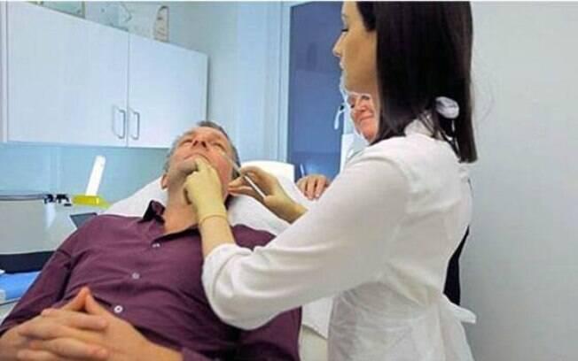 Michael Mosley, médico e apresentador, testa o 'Facelift do Vampiro'.