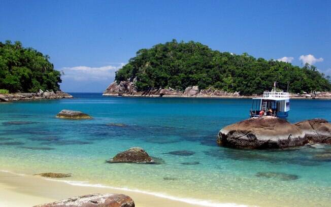 A pequena Ilha das Couves, em Ubatuba (SP) tem acesso apenas por barco, a partir da Praia de Picinguaba. O mar calmo e as águas transparentes garantem um ótimo mergulho