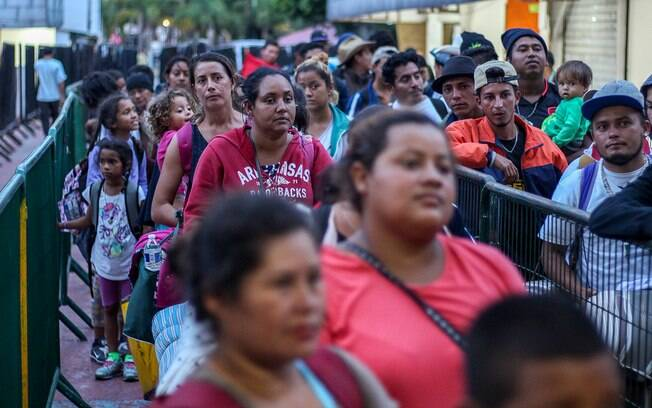 Migrantes mexicanos tentam entrar nos Estados Unidos