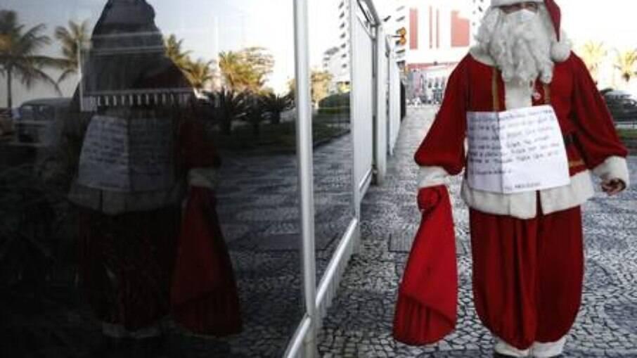 Papai Noel pede emprego no Leblon