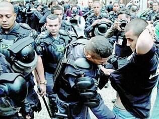 Polícia carioca revistou manifestantes durante protesto ontem