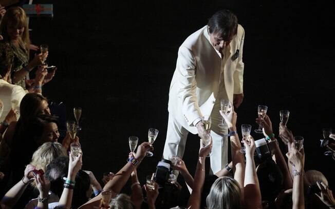 Com champanhe, Roberto Carlos brindou com suas fãs