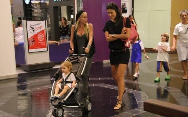 Na companhia de uma amiga, Danielle empurra Guy no carrinho, enquanto a babá cuida de Noah