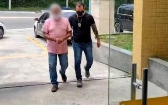 Acusado sendo levado para delegacia em Arraial do Cabo, Região dos Lagos do Rio de Janeiro