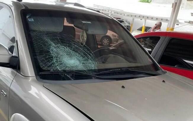 O vidro dianteiro do carro do suspeito ficou parcialmente quebrado por conta do atropelamento