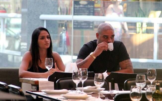 Antes de deixar o restaurante, o atacante,  ainda sem clube, aproveita para tomar um  cafezinho