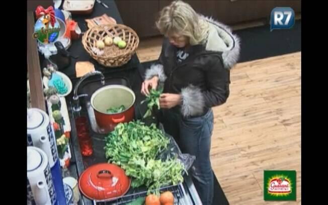 Duda ajuda a separar as melhores folhas da salada