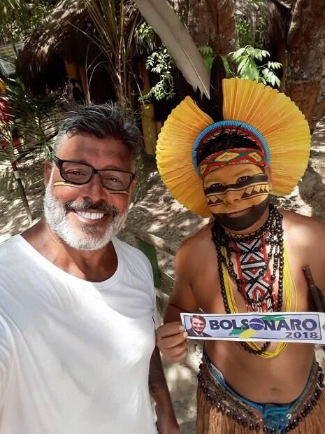 Alexandre Frota posou com índio segurando adesivo de apoio a Bolsonaro