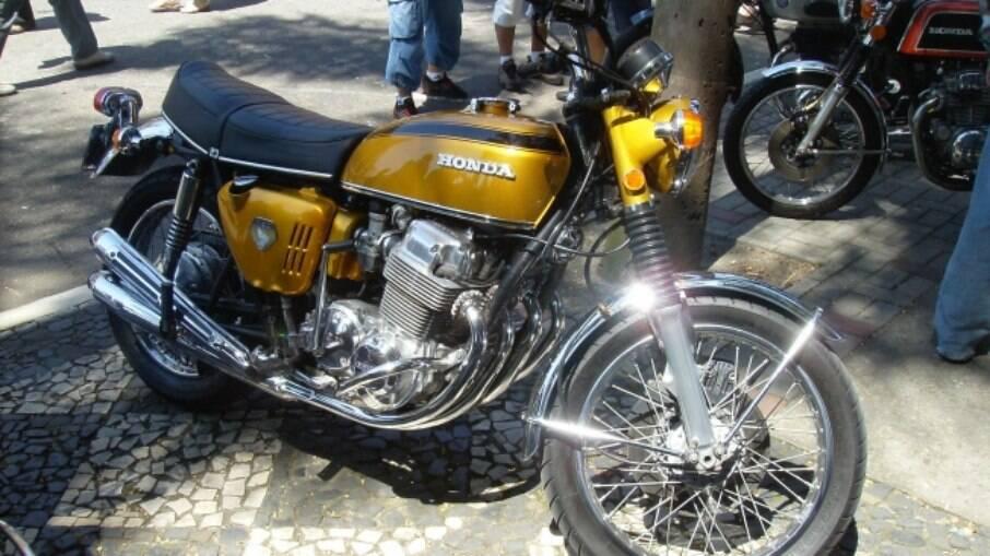 As primeiras Honda CB 750 Four tinham sutis diferenças entre as seguintes, como a lanterna traseira oval