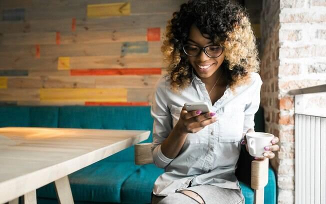 Mulher usando o celular