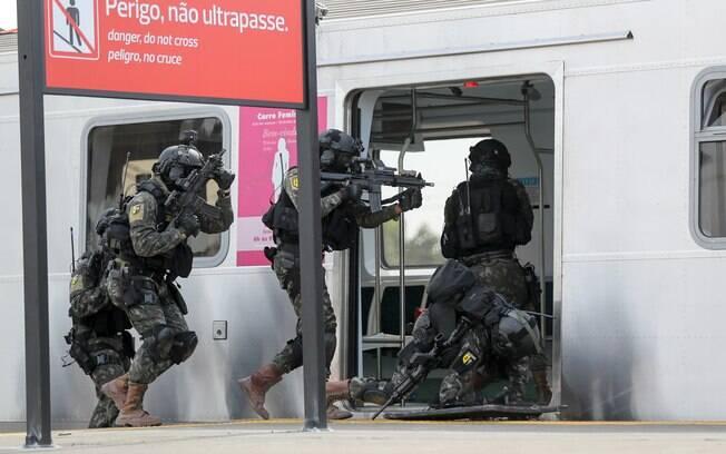 O exército Brasileiro durante simulação de ataque terrorista na estação de trem de Deodoro, no Rio de Janeiro