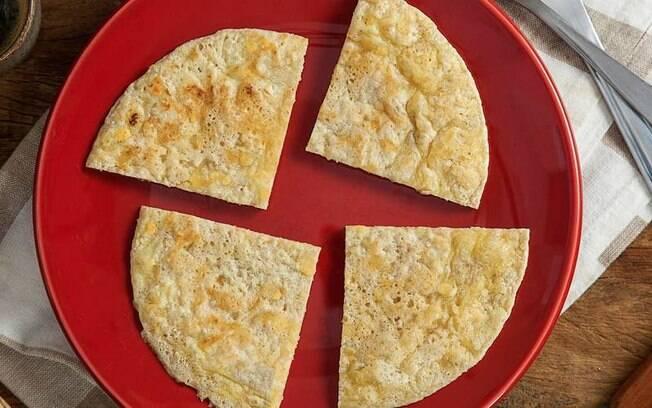 Pão de queijo de frigideira ainda leva aveia na receita