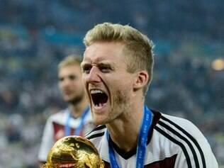 Schürrle ergue a taça de campeão do mundo após vitória sobre a Argentina, no Maracanã