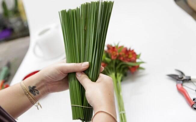 flores jardim guedala:Está na hora de montar o arranjo! Abra o maço de junco como se fosse