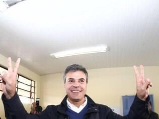 PR - ELEIÇÕES/BETO RICHA/PR  - POLÍTICA - O governador paranaense Beto Richa (PSDB), candidato à reeleição, comparece para votar para o primeiro   turno das eleições nacionais de 2014, no Colégio Estadual Amâncio Moro, em Curitiba (PR), neste   domingo (05).    05/10/2014 - Foto: GERALDO BUBNIAK/AGB/ESTADÃO CONTEÚDO