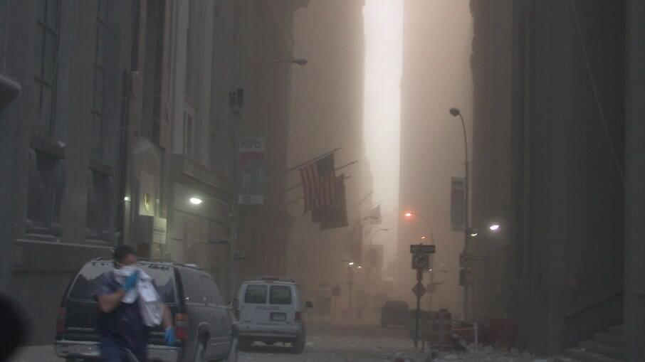 Nuvem de fumaça em Nova York após atentado às Torres Gêmeas em 11 de setembro de 2001