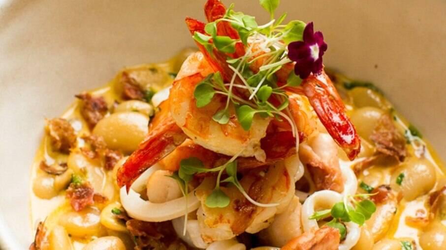 Feijoada de frutos do mar é uma delícia e leva fava no lugar do feijão preto