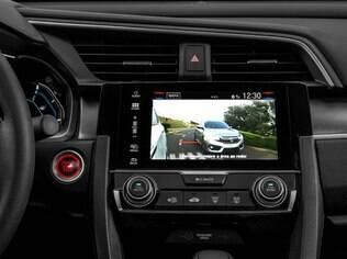 Honda Civic Touring 1.5 Turbo vem com câmeras de alta resolução no retrovisor do lado esquerdo que capta imagens para  a tela no painel