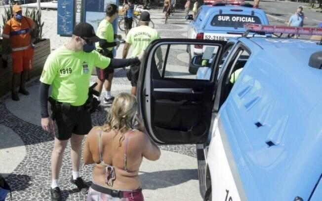 Mulher estava com a família na praia de Copacabana e não respeitou o pedido da PM para sair da água