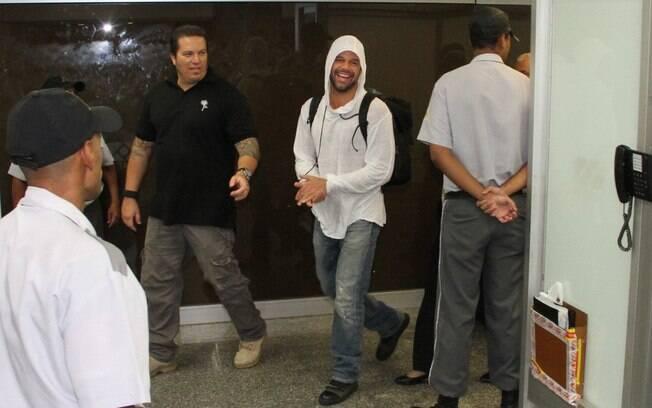 Ricky Martin estava escoltado por seguranças...