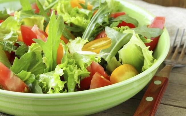 Saladas leves fazem parte do cardápio detox
