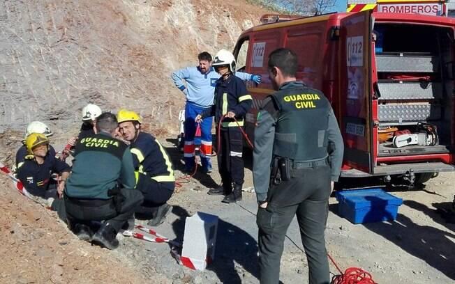 Cerca de 100 bombeiros trabalham para retirar menino de 2 anos que caiu em poço