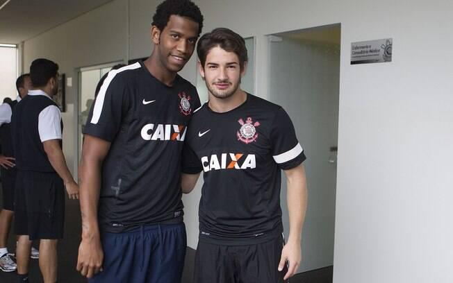 Pato posa para foto com Gil, novo zagueiro do  Corinthians