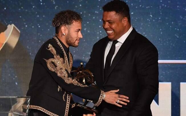 Neymar e Ronaldo Fenômeno durante premiação