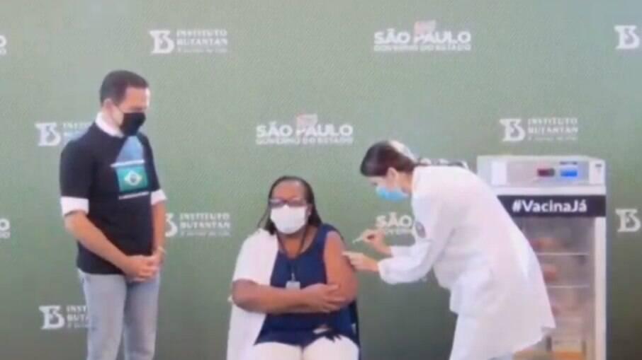 Primeira mulher vacinada no Brasil foi uma enfermeira do hospital Emílio Ribas, em São Paulo