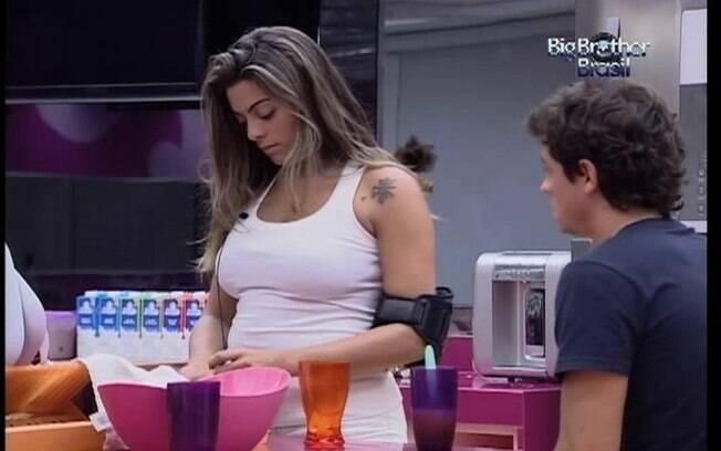 Monique e Fael conversam na cozinha sobre Yuri