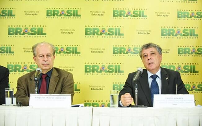 O ministro da Educação, Renato Janine (esquerda) e o presidente do Inep, Chico Soares, anunciam regras para o Enem 2015