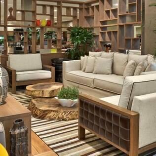 Poltonas ladeiam o sofá dando mais espaço de circulação no projeto de Adriana Scartaris para a mostra Decora Líder
