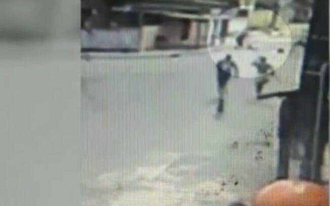 Imagens da câmera de segurança flagram o momento que o idoso é espancado a pauladas