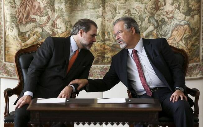 O presidente do STF, Dias Toffoli, e o ministro Raul Jungmann, assinam termo de repasse de R$ 20 milhões. Quantia é destinada a melhorias no sistema carcerário