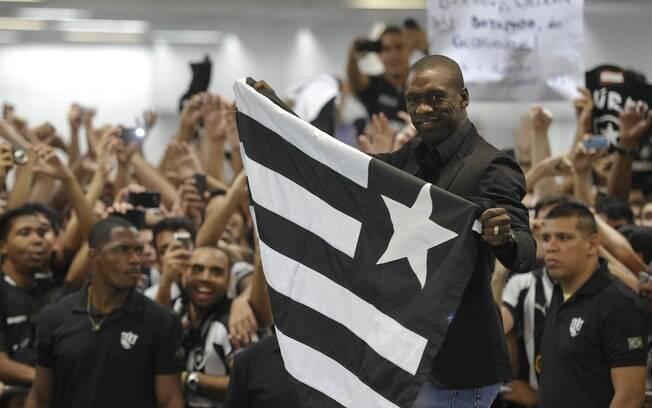 Seedorf foi recebido com muita festa pela  torcida do Botafogo