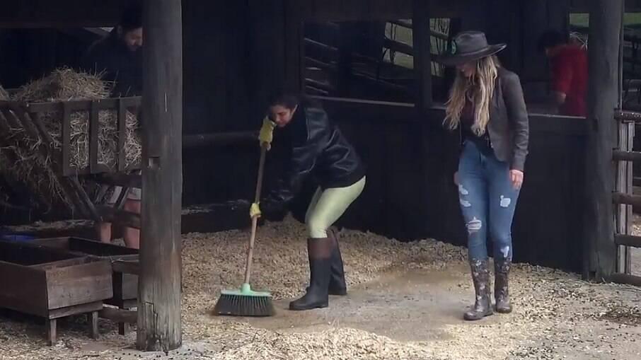 Marina aprende a varrer