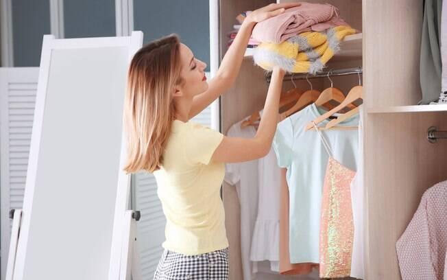 mulher organizando guarda-roupa